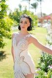 Είναι τέλεια Ελκυστικό εξάρτημα φορεμάτων πολυτέλειας κοριτσιών Η κυρία στην εξάρτηση πολυτέλειας περπατά το εξωτικό υπόβαθρο κήπ Στοκ φωτογραφία με δικαίωμα ελεύθερης χρήσης