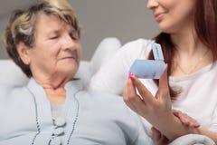 Είναι χρόνος για τα φάρμακά σας, grandma! Στοκ εικόνα με δικαίωμα ελεύθερης χρήσης