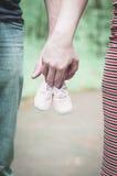Είναι χρόνος για την αναμονή ενός μωρού Μικρά παπούτσια Στοκ Φωτογραφίες