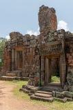 Είσοδοι στο ναό πετρών με τα διακοσμημένα αετώματα στοκ φωτογραφία με δικαίωμα ελεύθερης χρήσης