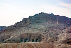 Είσοδοι των τάφων που ανασκάπτονται στο βράχο που ανήκει στις προσωπικότητες Στοκ Φωτογραφίες