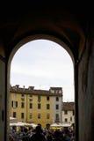 Είσοδος αψίδων στην κοιλάδα ` Anfiteatro πλατειών Lucca Στοκ Φωτογραφίες