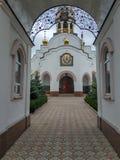 Είσοδος αψίδων στον ιερό καθεδρικό ναό τριάδας σε Kramatorsk στοκ φωτογραφία