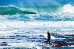 Είσοδος βράχου κυμάτων Surfer στοκ εικόνες με δικαίωμα ελεύθερης χρήσης