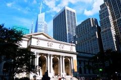Είσοδος δημόσια βιβλιοθήκης πόλεων της Νέας Υόρκης στο Μανχάταν στοκ εικόνες