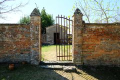 Είσοδος ενός εγκαταλειμμένου νεκροταφείου στο τοπίο επαρχίας στην Τοσκάνη, Ιταλία στοκ φωτογραφία