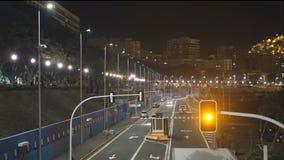 Είσοδος θαλάσσιων λιμένων νύχτας και έξοδος της μεταφοράς και των φορτηγών απόθεμα βίντεο