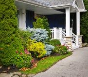 Είσοδος κήπων και σπιτιών στοκ φωτογραφία