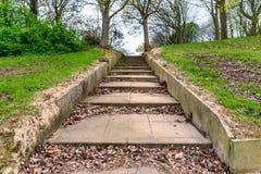 Είσοδος και μονοπάτι πάρκων σταθερών βημάτων στην Αγγλία UK του Νόρθαμπτον στοκ εικόνα