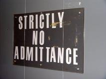 είσοδος κανένα σημάδι αυστηρά Στοκ φωτογραφίες με δικαίωμα ελεύθερης χρήσης