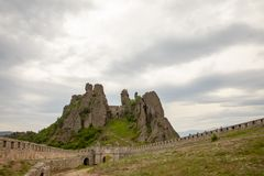 Είσοδος με την πύλη και τους τοίχους του φρουρίου βράχων Belogradchik στοκ φωτογραφία