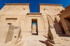 Είσοδος ναών Philae που φρουρείται από δύο αγάλματα λιονταριών στην Αίγυπτο στοκ φωτογραφία με δικαίωμα ελεύθερης χρήσης