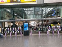 Είσοδος πλατφορμών στο σταθμό Piccadilly, Μάντσεστερ στοκ εικόνα