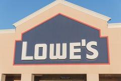 Είσοδος προσόψεων του λιανοπωλητή εγχώριας βελτίωσης Lowe στις ΗΠΑ Στοκ Φωτογραφία