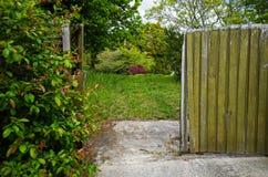 Είσοδος σε έναν κήπο με τη χλόη και τα δέντρα Στοκ φωτογραφίες με δικαίωμα ελεύθερης χρήσης