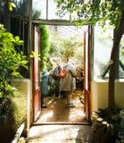 Είσοδος σε ένα από τα θερμοκήπια του βοτανικού κήπου της Άγιος-Πετρούπολης στοκ εικόνα