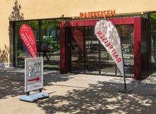 Είσοδος σε ένα γραφείο της τράπεζας Raiffeisen στην πόλη Inte Στοκ Εικόνες