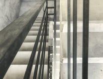 Είσοδος σε ένα νέο κτήριο, βήματα, τοπ άποψη από το κατώτατο σημείο Κατασκευή των συγκεκριμένων σκαλοπατιών κάτω από τις οικοδομέ στοκ εικόνες