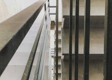 Είσοδος σε ένα νέο κτήριο, βήματα, τοπ άποψη από το κατώτατο σημείο Κατασκευή των συγκεκριμένων σκαλοπατιών κάτω από τις οικοδομέ στοκ φωτογραφίες