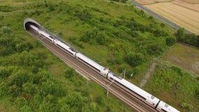 Είσοδος σηράγγων και διαδρομή σιδηροδρόμου - εναέρια άποψη, μήκος σε πόδηα κηφήνων απόθεμα βίντεο
