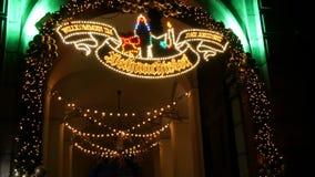 Είσοδος στην αψίδα της του χωριού αγοράς Χριστουγέννων στο αυτοκρατορικό παλάτι της κατοικίας στο Μόναχο, Γερμανία απόθεμα βίντεο