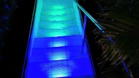 Είσοδος στη λίμνη με τα ζωηρόχρωμα φω'τα στα σκαλοπάτια απόθεμα βίντεο