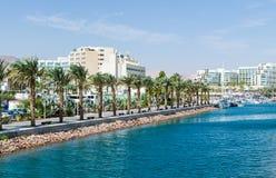 Είσοδος στη μαρίνα, με τους περιπάτους, τα σύγχρονα συγκροτήματα ξενοδοχείων, φοίνικες, Eilat, Ισραήλ στοκ εικόνες