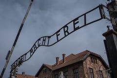 Είσοδος στο ναζιστικό στρατόπεδο συγκέντρωσης σε Auschwitz 1 που παρουσιάζει το σημάδι που λέει Arbeit Macht Frei Στοκ Εικόνα