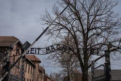 Είσοδος στο ναζιστικό στρατόπεδο συγκέντρωσης σε Auschwitz 1 που παρουσιάζει το σημάδι που λέει Arbeit Macht Frei Στοκ Φωτογραφίες