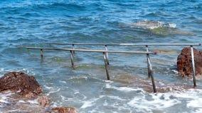 Είσοδος στο νερό στην παραλία στη θύελλα φιλμ μικρού μήκους