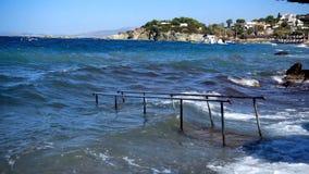Είσοδος στο νερό στην παραλία στη θύελλα απόθεμα βίντεο