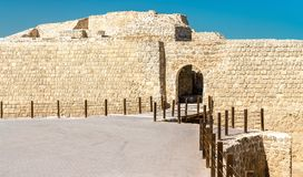 Είσοδος στο οχυρό του Μπαχρέιν ή Qal ` στο Al-Μπαχρέιν Μια περιοχή παγκόσμιων κληρονομιών της ΟΥΝΕΣΚΟ Στοκ φωτογραφία με δικαίωμα ελεύθερης χρήσης