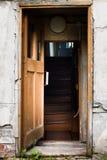 Είσοδος στο παλαιό εγκαταλειμμένο σπίτι Στοκ Φωτογραφίες