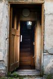 Είσοδος στο παλαιό εγκαταλειμμένο σπίτι Στοκ εικόνες με δικαίωμα ελεύθερης χρήσης