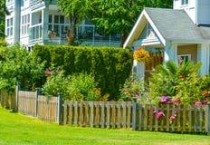 Είσοδος της κατοικημένης πολυκατοικίας τη φωτεινή ηλιόλουστη ημέρα στοκ εικόνα με δικαίωμα ελεύθερης χρήσης