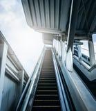 Είσοδος της κυλιόμενης σκάλας στο σταθμό μετρό με το φως του ήλιου Μελλοντικές έννοιες στοκ εικόνες