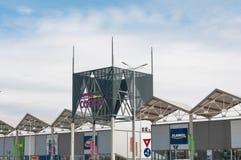 Είσοδος της λεωφόρου Coresi, επιχειρησιακά λογότυπα, ζωηρόχρωμο γυαλί Στοκ Εικόνα