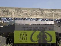 Είσοδος του μουσείου σελίδων του George Γ, στα κοιλώματα πίσσας La Brea στοκ εικόνα με δικαίωμα ελεύθερης χρήσης