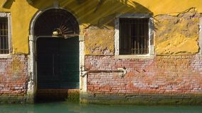 Είσοδος του παλαιού σπιτιού από το κανάλι στη Βενετία φιλμ μικρού μήκους
