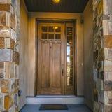 Είσοδος του σπιτιού με τα πλακάκια γυαλιού στη μπροστινή πόρτα στοκ εικόνες
