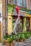 Είσοδος Café Kalambur με κροκόδειλος εγκαταστάσεων †«που πετά σε ένα κόκκινο μπαλόνι Στοκ Εικόνες