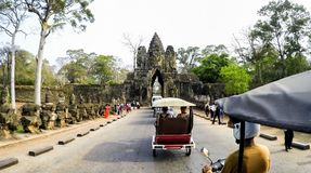 Είσοδος Thom Angkor με το πρόσωπο χαμόγελου Βούδας στο ναό Angkor Wat - Siem συγκεντρώνει, Καμπότζη Στοκ εικόνες με δικαίωμα ελεύθερης χρήσης