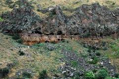Είσοδοι σπηλιών στο φαράγγι Ashtarak, βουνά Καύκασου, Αρμενία Στοκ Εικόνες