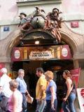 Είσοδος θεάτρων μαριονετών που διακοσμείται από τα γλυπτά στην παλαιά πόλη Στοκ Φωτογραφία