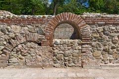 Είσοδος και πανοραμική άποψη στα αρχαία θερμικά λουτρά Diocletianopolis, πόλη Hisarya, Βουλγαρία Στοκ εικόνα με δικαίωμα ελεύθερης χρήσης