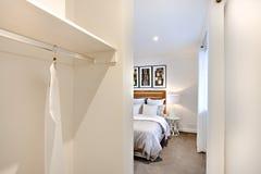 Είσοδος κρεβατοκάμαρων με τους άσπρους τοίχους και την κρεμάστρα φορεμάτων Στοκ Εικόνες