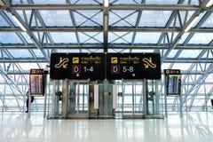 Είσοδος πυλών πινάκων σημαδιών στον αερολιμένα Suvarnabhumi Στοκ φωτογραφία με δικαίωμα ελεύθερης χρήσης