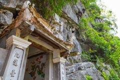 Είσοδος σε έναν βουδιστικό ναό σπηλιών στο Βιετνάμ Στοκ Εικόνα