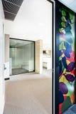 Είσοδος σε ένα σύγχρονο κτήριο με τη συμπαθητική τέχνη τοίχων Στοκ φωτογραφίες με δικαίωμα ελεύθερης χρήσης