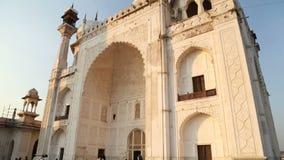 Είσοδος σε Taj Mahal, με τους τουρίστες που περνούν από φιλμ μικρού μήκους